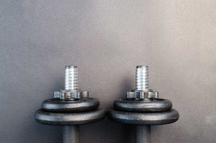 To vægte ligger på gulvet