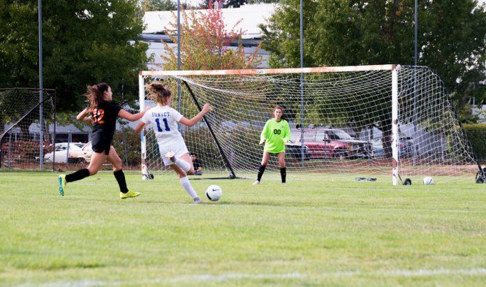 Tre kvinder spiller fodbold