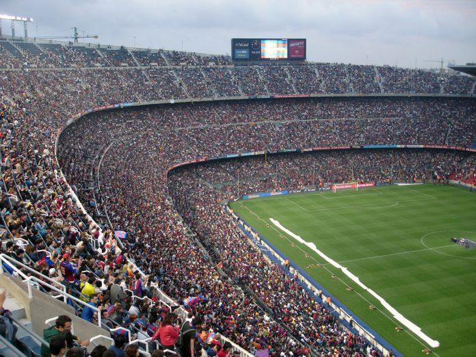 Kæmpe stadion med mange tilskuere
