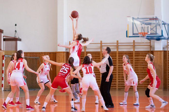 Kvinder der spiller basket