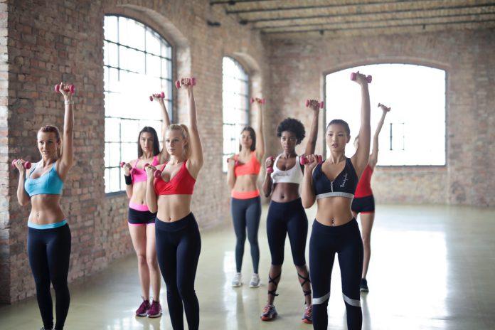 Kvinder træner med små vægte
