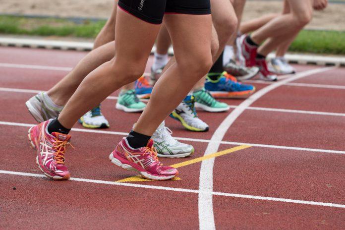 Konkurence løbere gør sig klar til at løbe