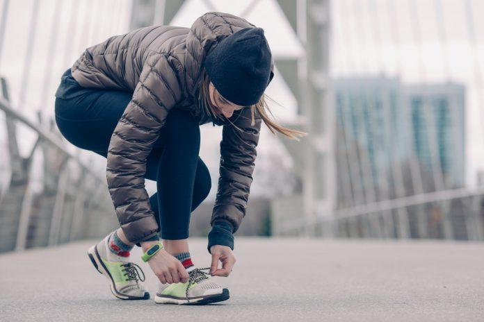 Dame tager løbesko på på løbetur