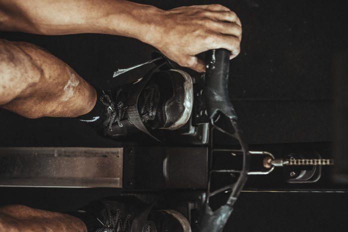 Person bruger romaskine til træning