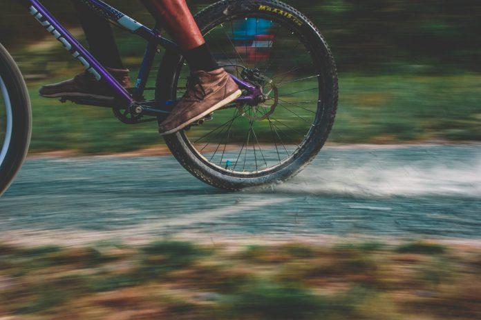 Person kører hurtigt på mountainbike